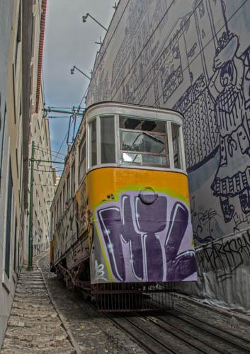 Tram in Lissabon.<br>Noch näher an die Gebäude geht kaum mehr.