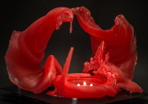 Dies war mal eine ca 40 cm hohe Kerze. Die Strukturen bildeten sich mit dem Abbrennen.