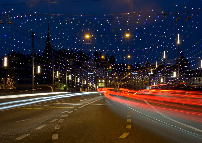 Nächtlicher Verkehr über die Seebrücke in Luzern<br>Belichtung 10 s  Blende 22